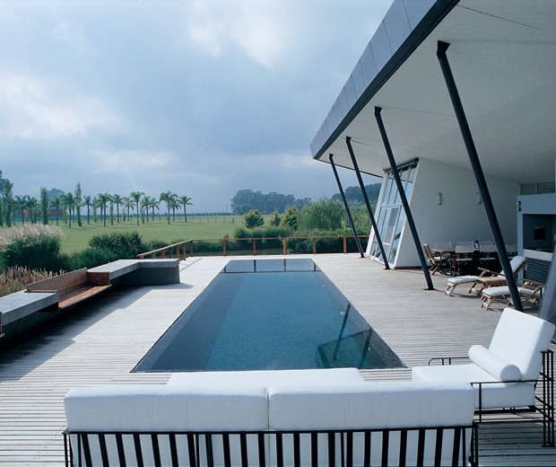La zona del deck con oportunas reposeras para disfrutar de una imponente vista.