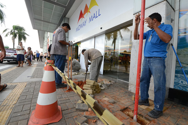 Ontem, shopping Midway Mall instalava protetores nas fachadas para evitar prejuízos