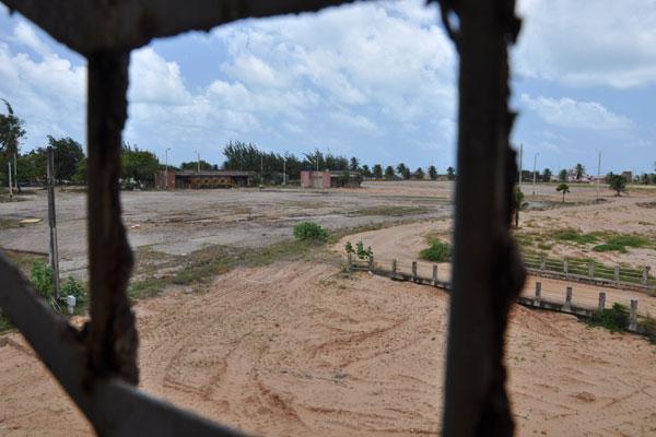 Terreno que abrigava tanques da BR Distribuidora, Transpetro e Petrobras foi desocupado há um ano. Área continua contaminada