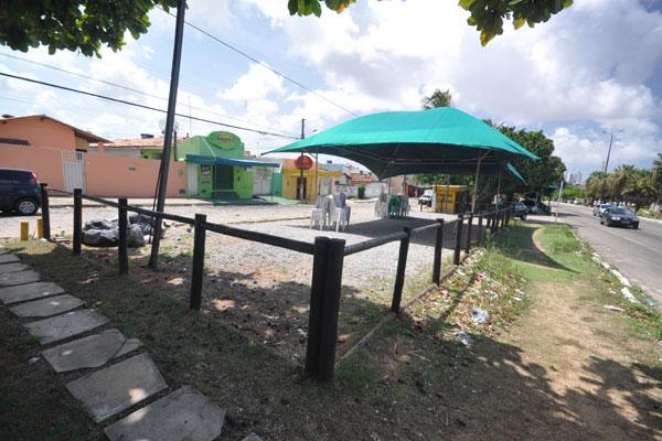 Av. Ayrton Senna: bares funcionam há anos em área pública