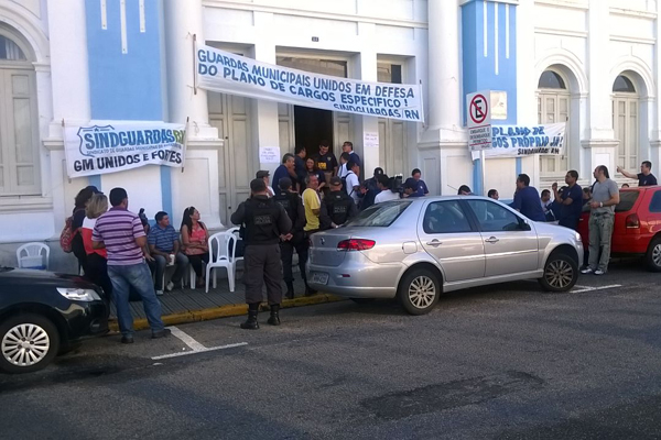 Guardas municipais decidiram deixar prédio da Prefeitura de Natal, porém, a greve continua