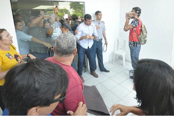 Seguranças usam spray de pimenta para conter manifestantes na Governadoria