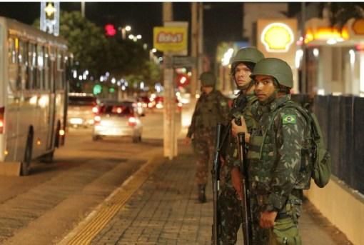 Militares das Forças Armadas fazem patrulhamento em trecho da Av. Roberto Freire durante virada de ano