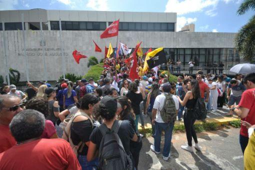 Manifestantes retiraram grades que cercavam o prédio da AL