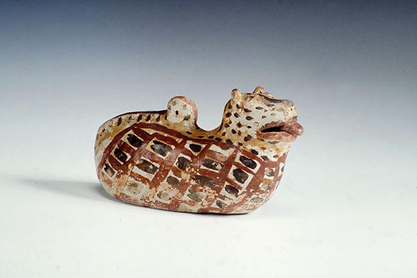 Cabeça mumificada usada em rituais indígenas, além de escultura zoomorfa em prancheta e máscaras são peças do acervo registras em fotos