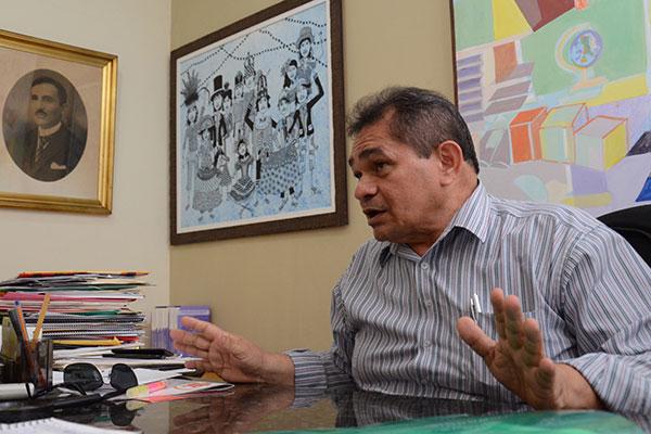 O diretor geral Crispiniano Neto explica que a diminuição do valor da Lei CC pela metade foi um pedido da classe artística e que objetivo é investir o restante dos recursos na criação do Fundo Estadual de Cultura