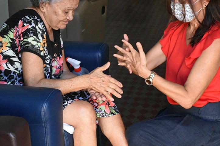 Em grupos de risco, os idosos carecem de cuidados diferenciados. No distanciamento social, não se pode descuidar do contato com eles