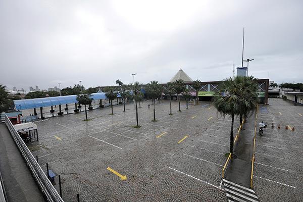 Estacionamentos dos centros de compras em Natal estão vazios