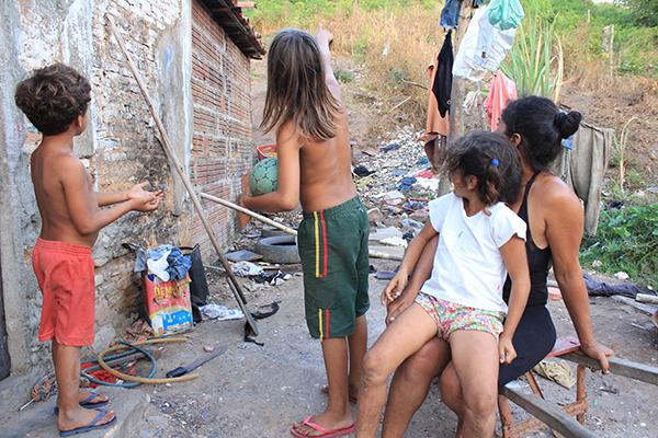 No bairro do Guarapes, população sofre com condições precárias de moradia e sem saneamento