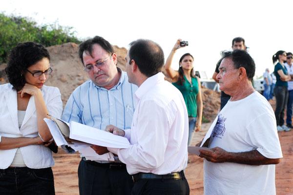 Rafael de Oliveira apresenta documentos aos promotores Márcio Diógenes e Emília Zumba