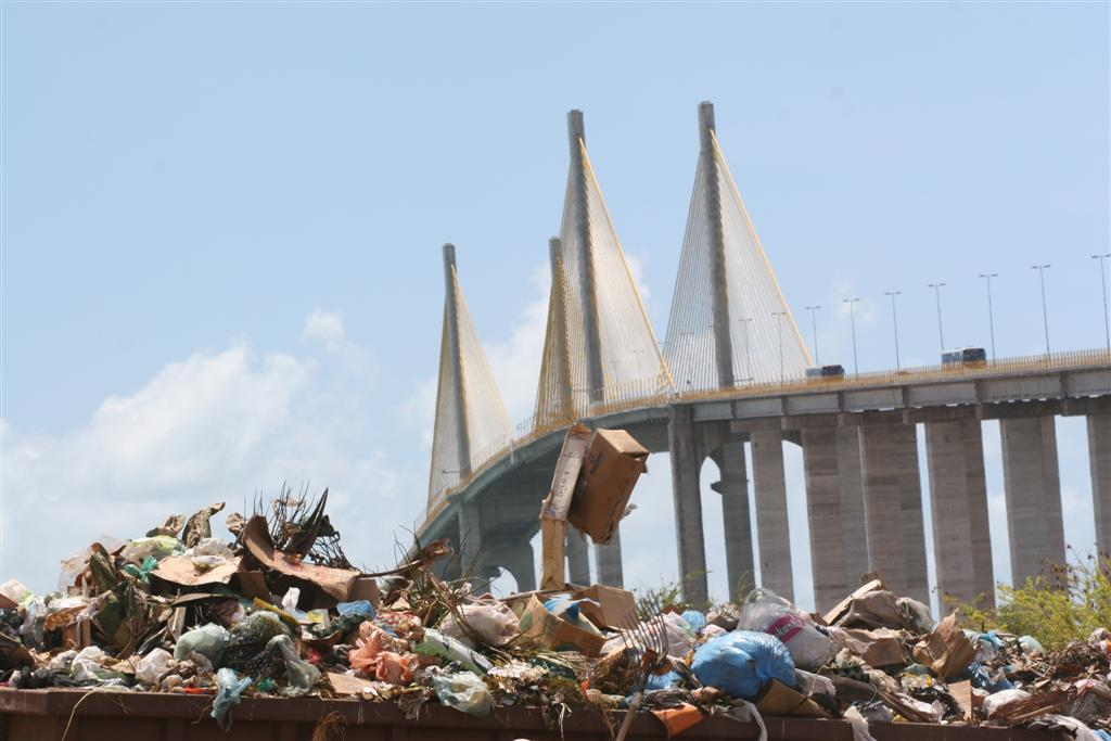 Lixo em terreno na Redinha