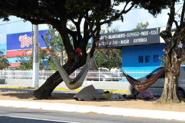 Nos canteiros da Prudente de Morais com Antônio Basílio, pedintes armam até redes no local.