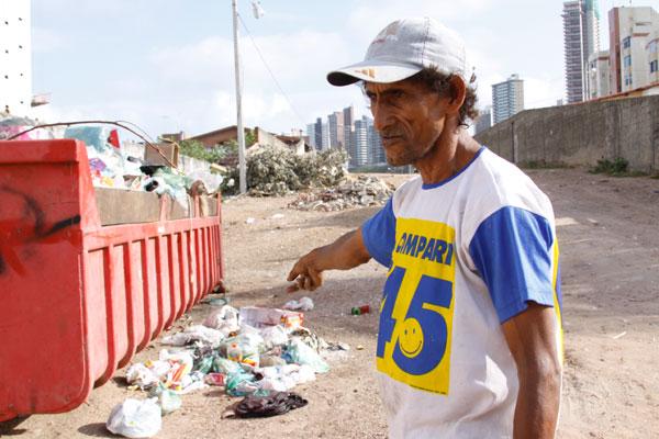 O catador Técio José estava ontem na Praia do Meio recolhendo do lixo o que podia render algum recurso
