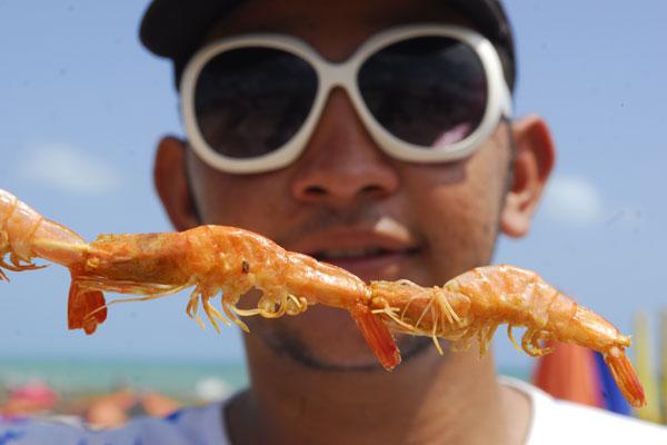 Alimentos perecíveis, como o camarão, são comercializados sem os devidos cuidados com conservação