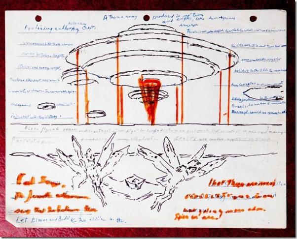 crazybox2 thumb Caixa misteriosa encontrada no lixo revela desenhos de OVNIs, extraterrestres e seres alados