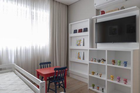 Já para a criança de quatro anos, Carina Dal Fabbro agregou mesa e cadeiras coloridas ao lado da cama para o pequeno brincar.