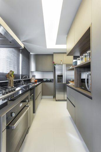 A cozinha ganhou uma bancada para refeições rápidas e armários espaçosos.