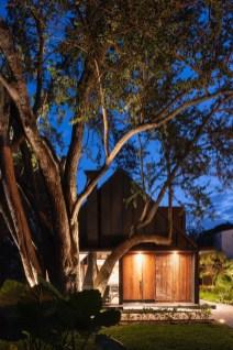 Entre a vegetação, a casa se destaca por seu design marcante.