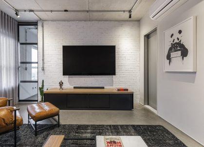 Como o casal adora ver tv, o Estúdio Maré pensou em um espaço especial para isso.