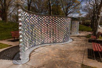 Ao fundo Ripple, instalação projetada em Rochester, NY.