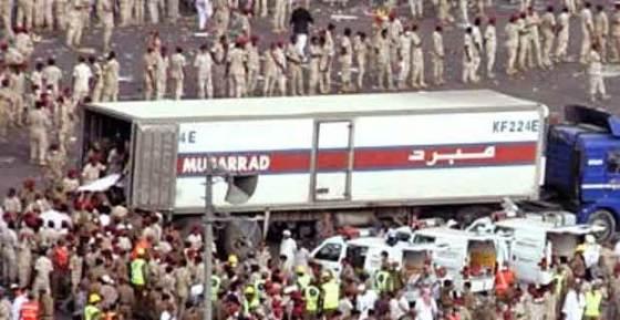 para korban dimasukkan dalam truk pengangkut daging ditengah pengawalan ketat