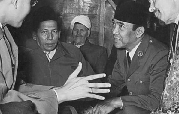 Gus Mus dan Peci Bung Karno, Identitas Islam Nusantara yang Nyata