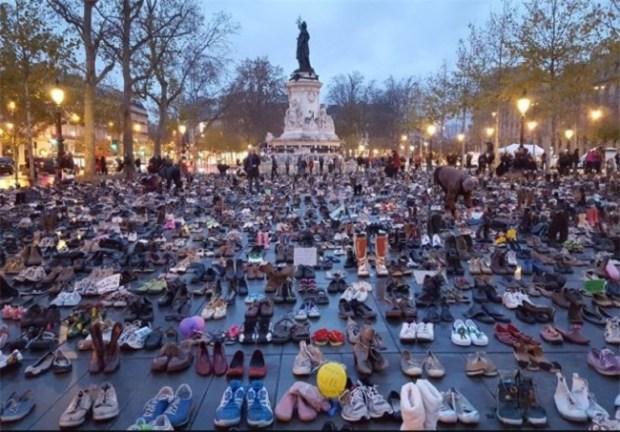 Lautan Sepatu Berunjuk Rasa di Paris1