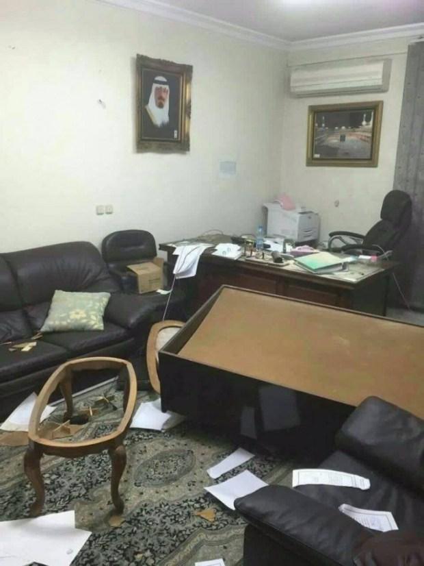 Konsulat Saudi di Iran dibakar