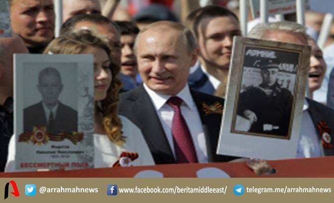 Putin Bawa Foto Sang Ayah dalam Pawai Hari Kemenangan Rusia