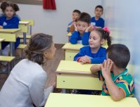 Asma Assad bercengkrama dengan putra-putri pejuang