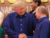Trump dan Putin berjabatan tangan