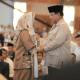 Prabowo dan Neno Warisman berpegangan tangan