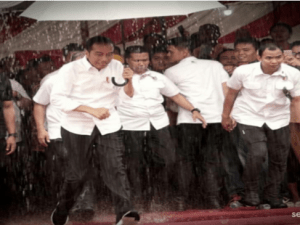 Jokowi Terobos Hujan Lebat di Samosir