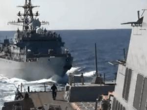 Video: Kapal AL Rusia 'Bersitegang' dengan Kapal Induk AS di Laut Arab