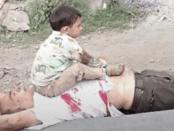 Viral! Foto Pilu Balita Kahsmir di atas Jasad Sang Kakek yang Dibunuh Polisi India