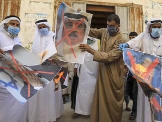 Warga Palestina Injak dan Bakar Foto Pemimpin Bahrain Saat Demo Tolak Normalisasi
