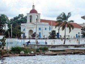 En esta iglesia a orillas del mar, fue asesinado el cura Marino Arroyo.