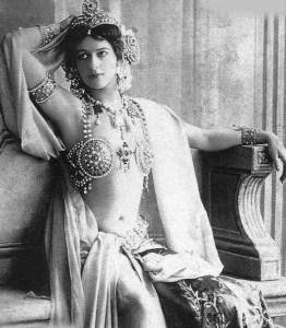 Bailarina de streptease y cortesana. Alcanzo celebridad por su belleza de rasgos orientales en cículos militares y de la alta sociedad, durante el segundo décenio del siglo XX