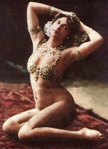 Mata Hari,  resultó condenada a muerte y fusilada el  de octubre de 1917.Tenía al morir 41 años. Hoy se espoeculaq que no era tal espía y no sabía el peligro que corría al revelar pequeños secretos béñico.