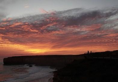 Australien stand heute massenweise auf und zeigte dem Deep State die rote Corona-Karte