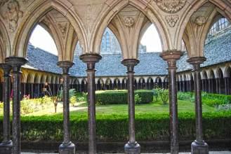 Detalle de arcos y columnas en el claustro de la abadía