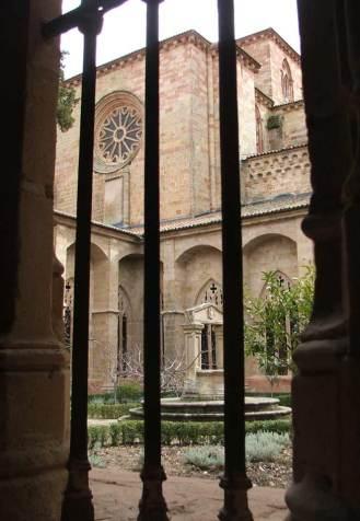 Vista desde el claustro de la catedral y el patio