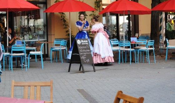 Mujeres vestidas de época tomando un helado