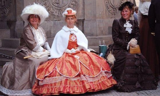 Mujeres vestidas de época