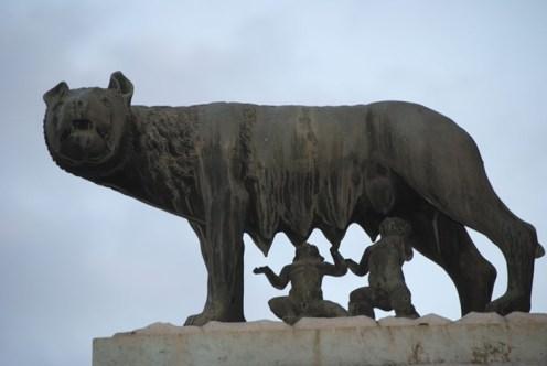 Reproducción de la loba romana en la Piazza di campidoglio
