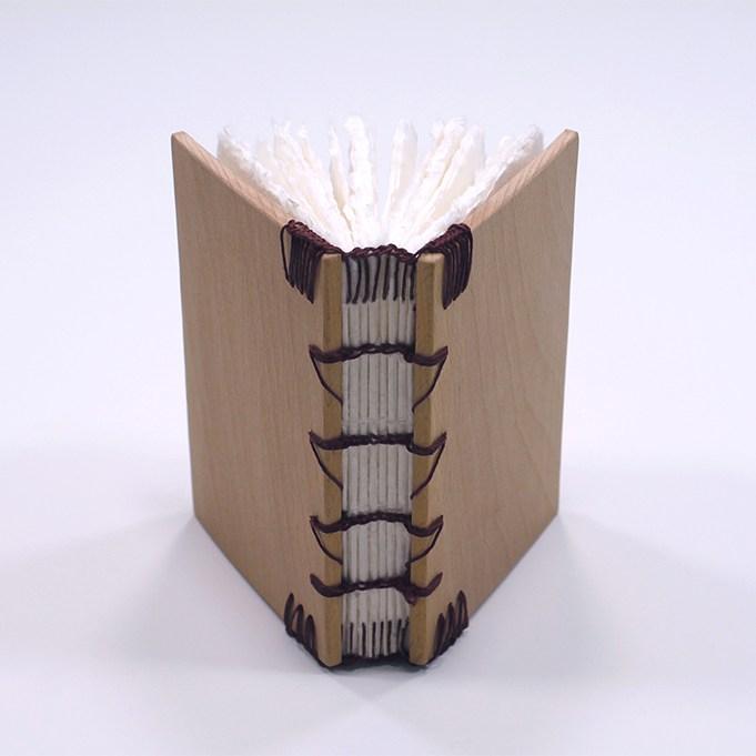 Encuadernación copta con tapas de madera