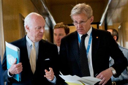 jan-egeland L'Envoyé spécial de l'ONU pour la Syrie, Staffan de Mistura (à gauche), et son conseiller spécial Jan Egeland, arrivent à leur conférence de presse à Genève. (archives) Photo ONU/Jean-Marc Ferré