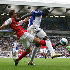 Arsenal's Flamini battles with Blackburn's Samba