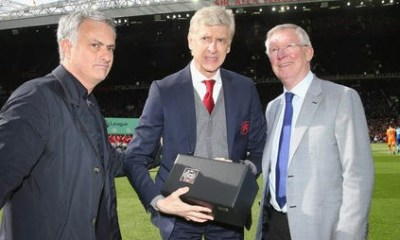 ARSENE WENGER RECEIVING GIFT FROM SIR ALEX FERGUSON