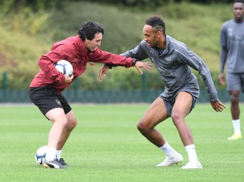 Unai Emery and Aubameyang in training